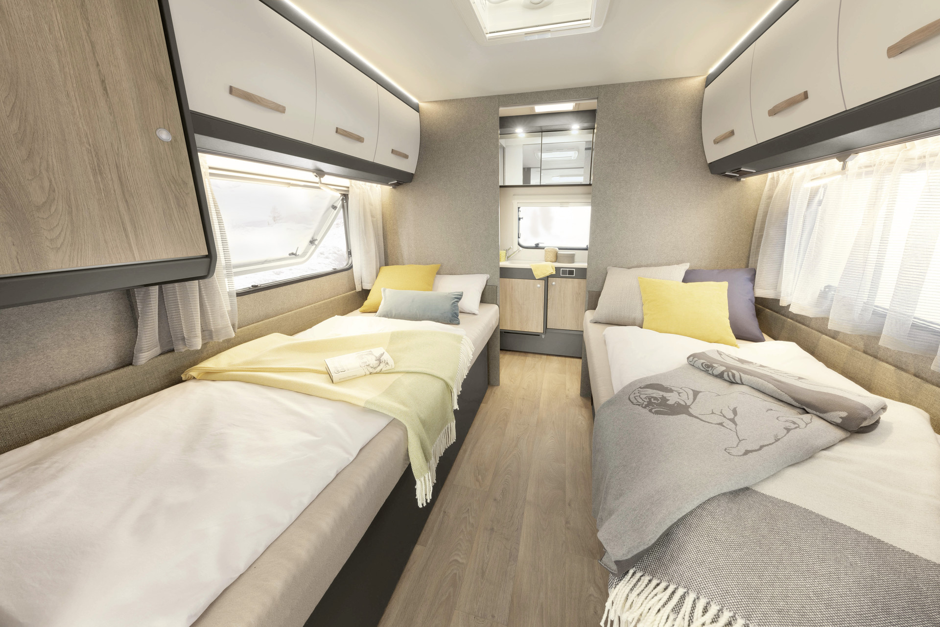 The comfortable single beds promise a restful night's sleep. The adjoining generous bathroom stretches across the full width of the vehicle • 670 BET | Tarragona