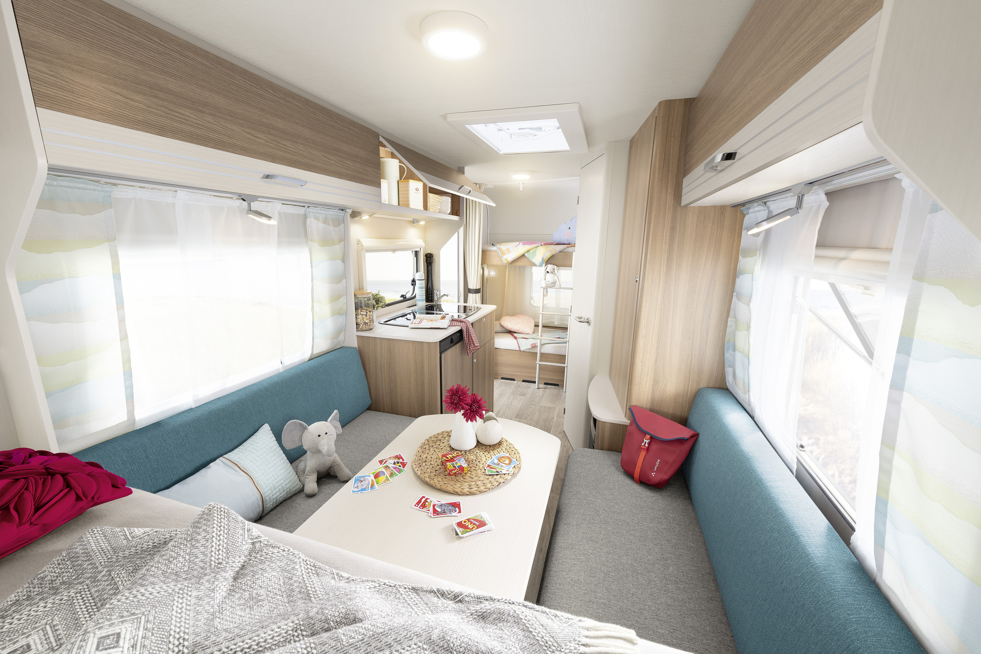 A holiday without compromises. The c'joy has plenty of room for all your holiday clothes – and everything else you need for your trip. The numerous storage compartments and the wardrobe ensure everything has its place – and with up to 7 berths it is the perfect, compact, entry-level family caravan • 480 QLK | Clipper 9