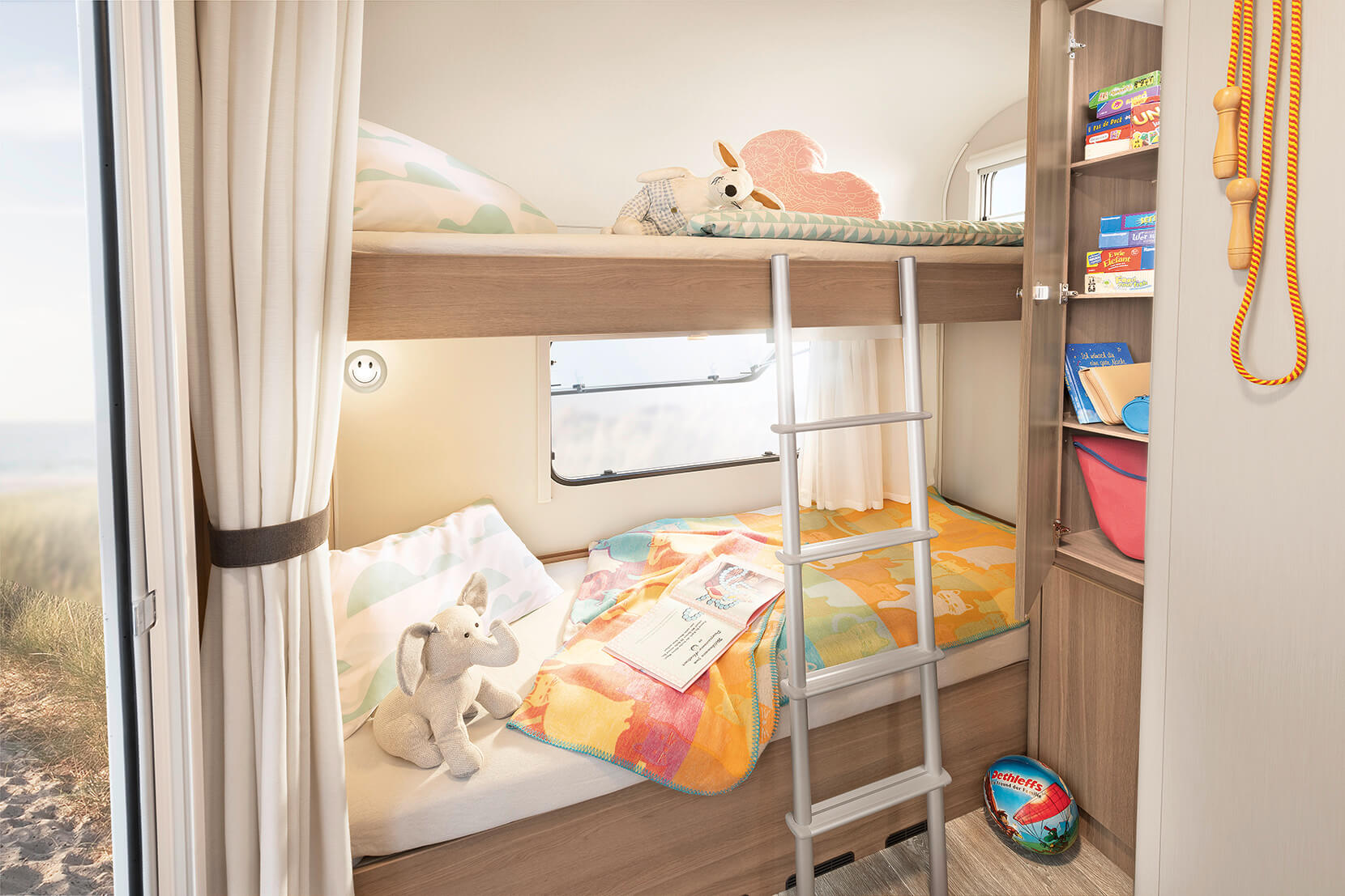 Up to three berths are optionally available in the bunk bed in the rear of the c'joy • 480 QLK | Clipper