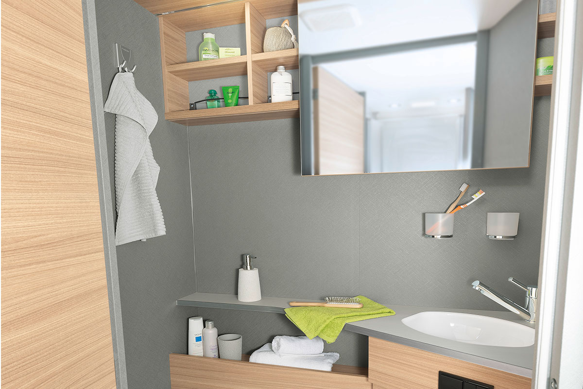 Bright and modern toilet room with practical side-sliding mirror and many storage and stowage possibilities • T 7052 EB