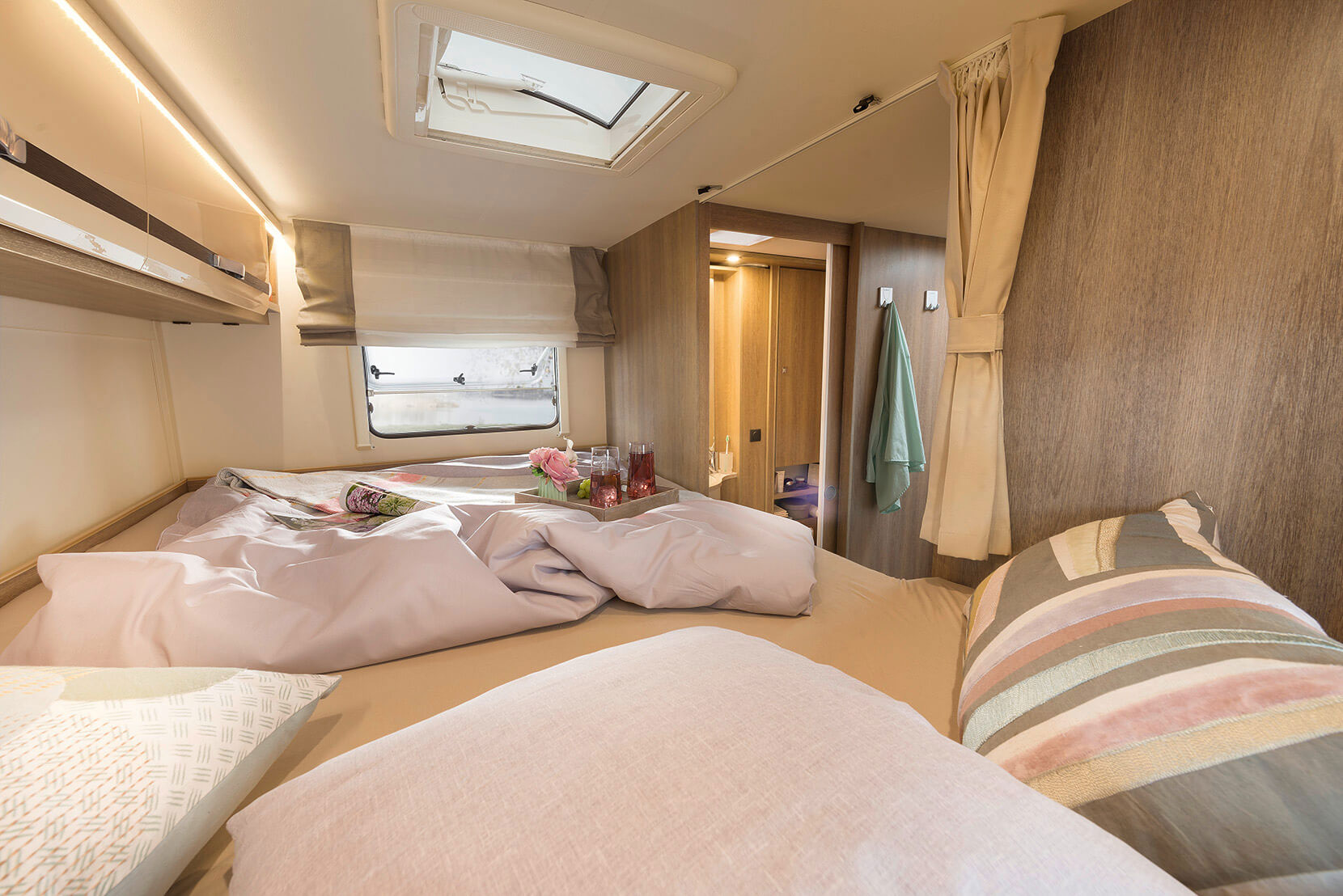 Cosy hours with room to stretch your legs: 210 cm-long rear bed • A 6977 & A 7877-2