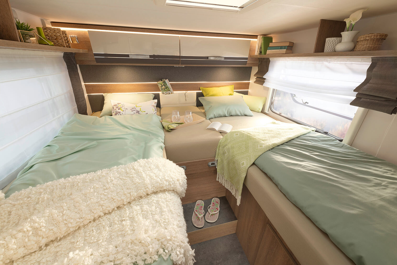 Sweet dreams are made of this: Dethleffs equips all fixed beds in their motorhomes with 15 cm-thick, 7-zone mattresses made of climate-regulating material. All single beds are at least 195 cm long and can be optionally converted into a large sleeping area • T / I 7057 EBL